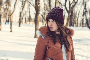The girl walks on the park in the winter
