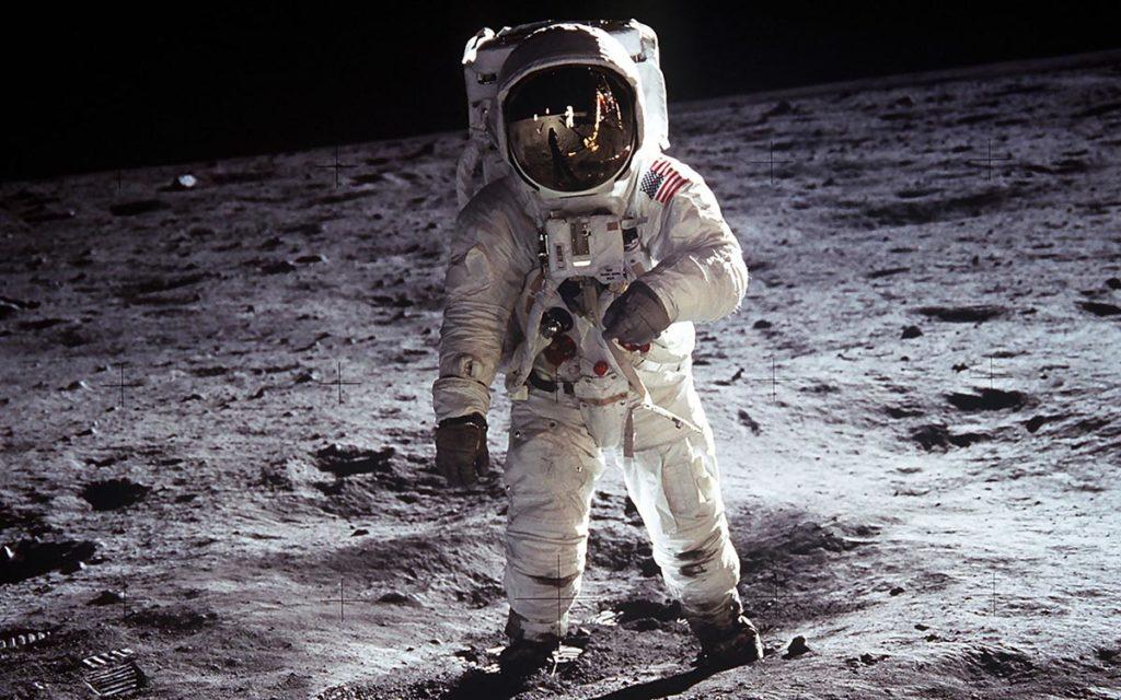 a-man-on-the-moon-la-retouche-photo